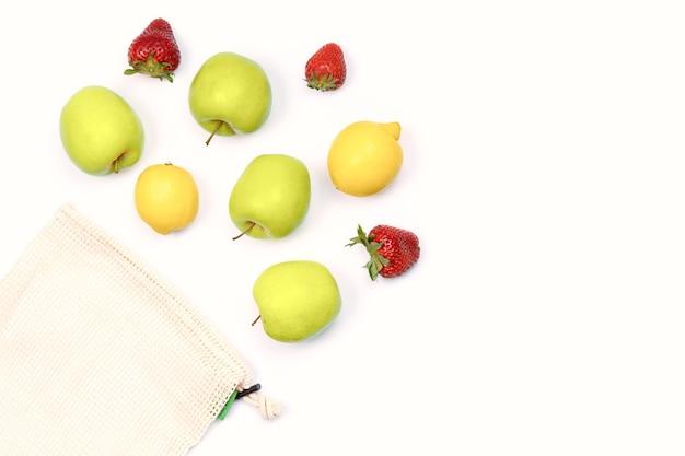 再利用可能な環境にやさしいコットンメッシュバッグに入った夏のフルーツ。