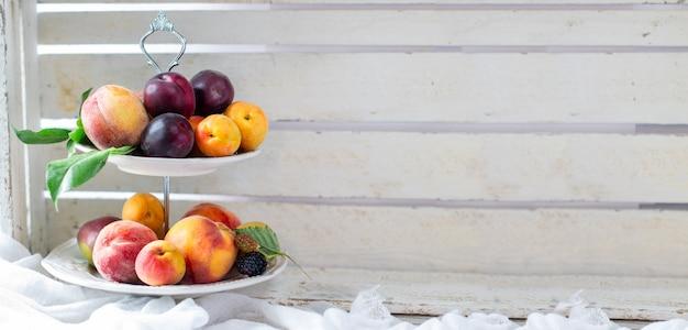 Летние фрукты на тарелке плоская планировка копирование пространства панорамный вид