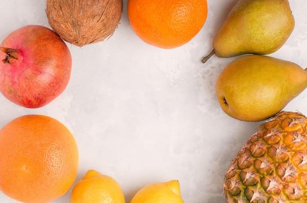 Летние фрукты на конкретном пространстве копией пространства