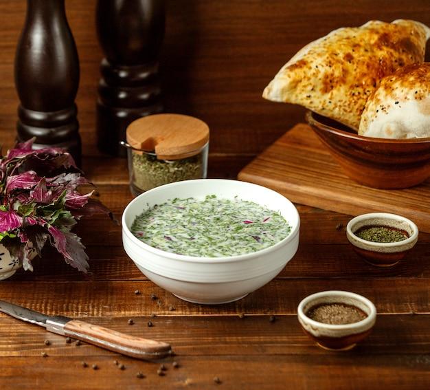 テーブルの上の夏の緑のスープ