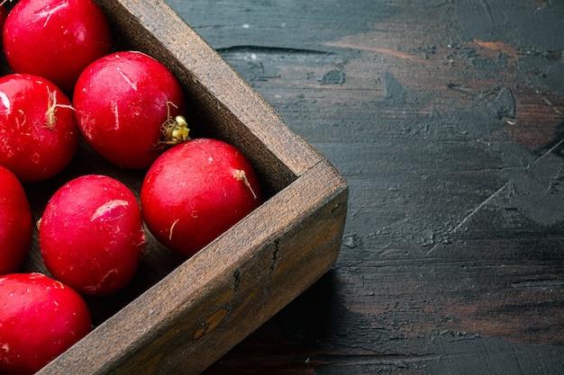 여름 수확한 붉은 무. 나무 상자에 있는 성장하는 유기농 야채 세트, 오래된 어두운 나무 테이블 배경, 카피스페이스 및 텍스트 공간
