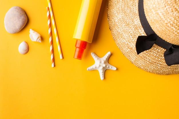 노란색 복사 공간에 여름 모자 조개 선크림