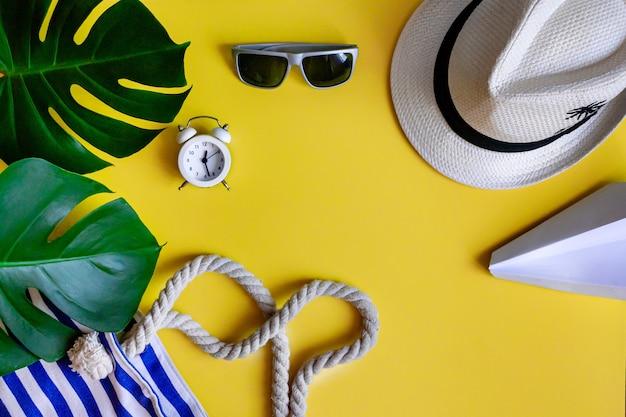 明るい黄色の背景に夏の休日のアクセサリー、フラットはテキストのための場所で横たわっていた。