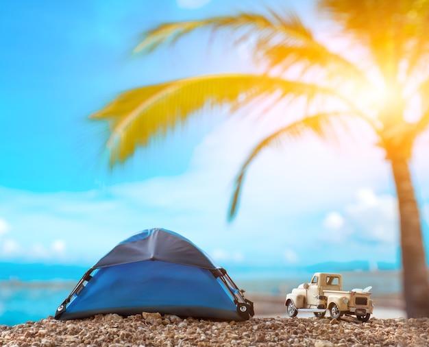 夏休みと休暇のコンセプトで旅行。ビーチの海の景色を望むキャンプとテント。