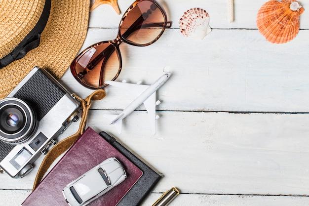 Sfondo vacanza estiva, accessori da spiaggia su legno bianco e copia spazio, concetto di viaggio vacanza e viaggi.