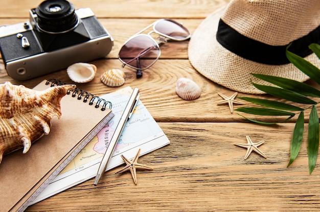 Летний праздник фон, концепция путешествия с камерой на деревянном столе