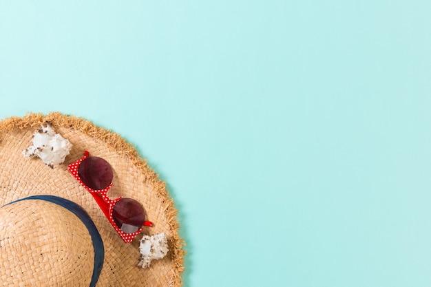 밀 짚 모자와 복사 공간 파란색 배경 평면도에 조개 여름 휴가 배경.