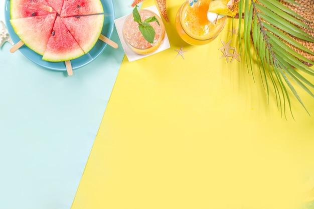 여름 휴가 바 및 스낵 개념, 피크닉 배경, 아이스크림 스틱이 달린 신선한 수박 조각, 다양한 알코올 칵테일 및 음료
