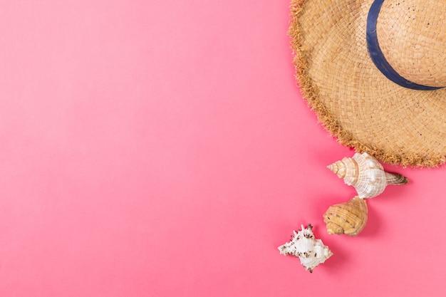ピンクのテーブル、コピースペースと上面図のアクセサリーと夏の休日のビーチの背景。休暇の概念。