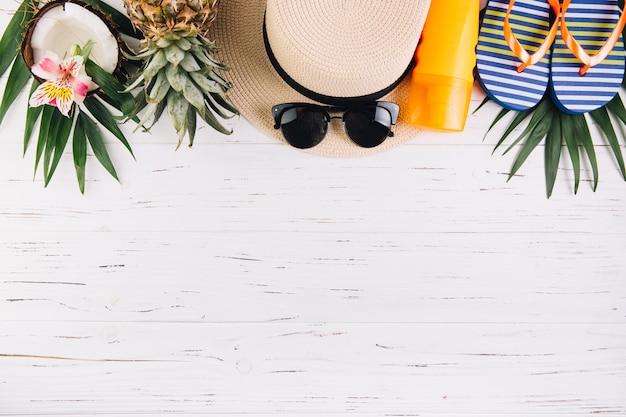 夏休み休暇の概念。旅行や白い木製のテーブルの上のエキゾチックなフルーツのためのアクセサリー。平面図と平干し