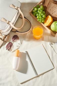 バッグ、フルーツ、日焼け止めクリーム、メガネ、白い背景のアクセサリーと夏休み