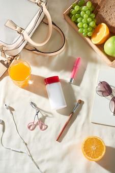 흰색 배경에 가방, 과일, 선크림, 안경, 액세서리가 있는 여름 휴가