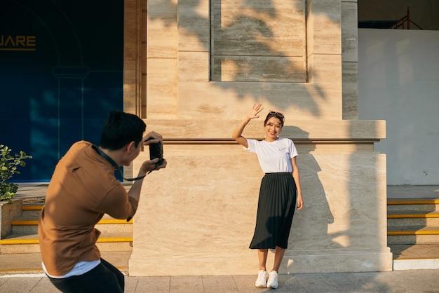 夏休みとデートのコンセプト-街で写真を撮るカップル