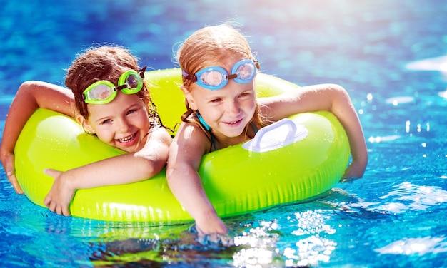 여름 휴가 및 휴가 개념 자식 소녀 수영장에서 재미 수영장에서 재생.