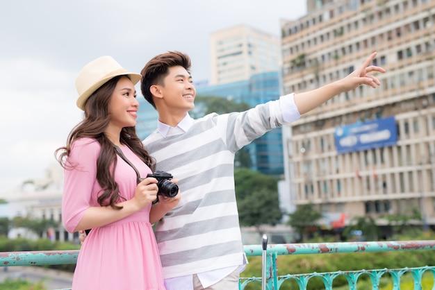여름 휴가, 데이트, 도시 휴식 및 관광 개념 - 카메라와 여행자 가이드 커플