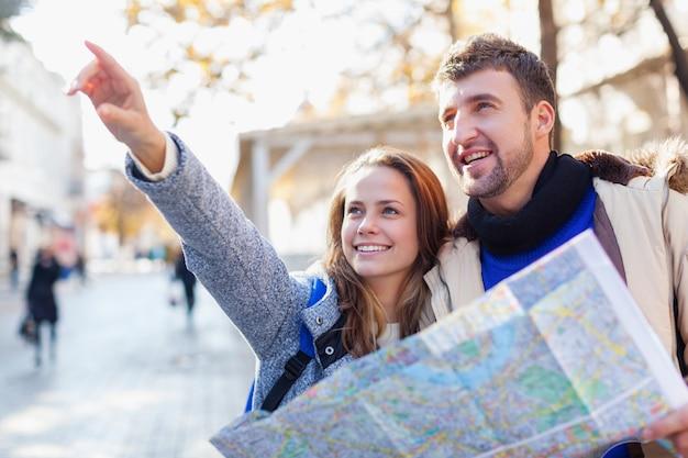 夏休み、デート、街の休憩、観光のコンセプト-カメラと旅行者ガイドとのカップル