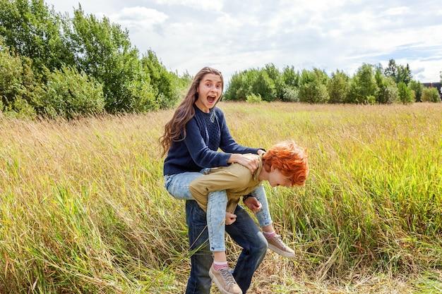 여름 휴가 휴가 행복 한 사람들 개념. 자연 야외에서 재미 사랑 커플.