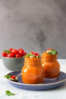ガラスの瓶に夏の自家製冷たいトマトクリームスープ
