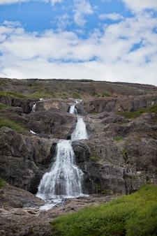 美しい滝のある夏のアイスランドの風景