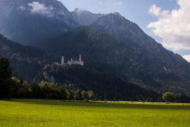 Лето в замке нойшванштайн, бавария, южная германия. европа
