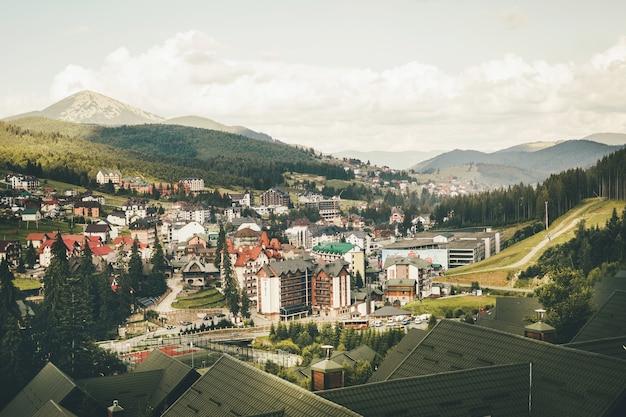 ブコベル スキー リゾートの夏。山から山の家やホテルを見る。高品質の写真