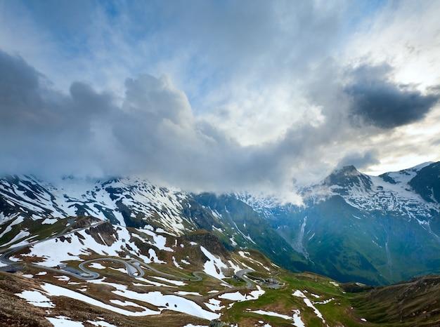 夏、6月アルプスの山と夕方のグロースグロックナーハイアルパインロードの蛇紋石。
