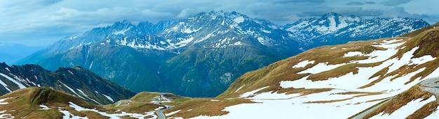 夏(6月)アルプス山と曲がりくねった道(グロースグロックナーハイアルパインロードからの眺め)。 3枚の合成画像。