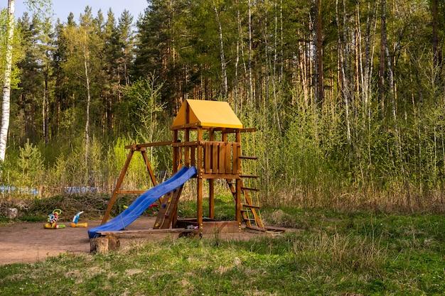 森の中の夏の子供たちの遊び場outdorsのトレーニングと遊び