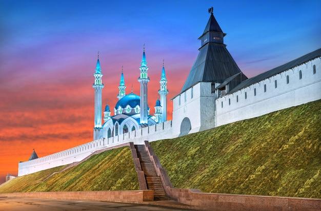 봄 저녁의 붉은 일몰 하늘 아래 여름 쿨 샤리프 모스크와 카잔 크렘린의 변모탑