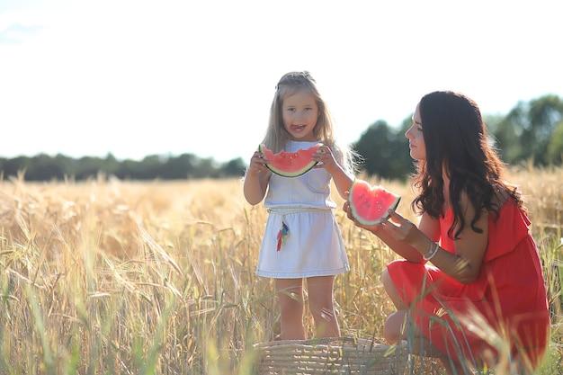 夏の風景と自然の中の女の子が田舎を散歩します。