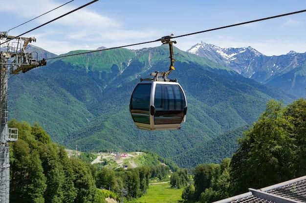 Канатная дорога летний пейзаж на фоне зеленых гор