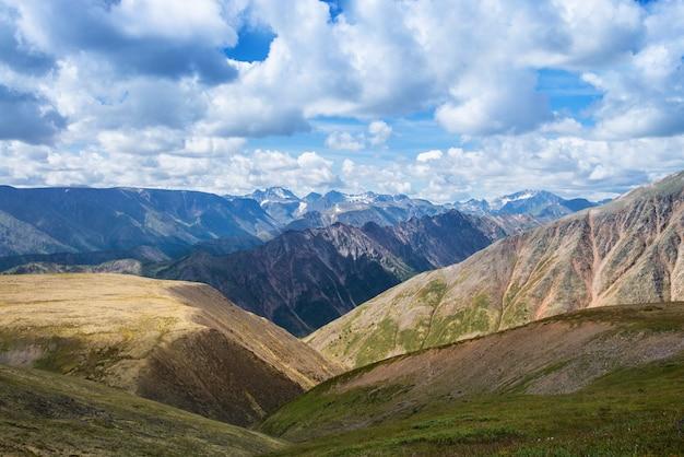 동부 사얀 산맥의 여름 풍경, 흐린 하늘과 아름다운 전망
