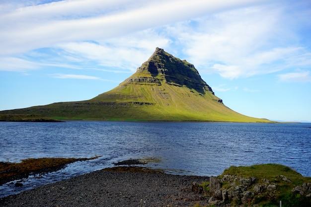アイスランドのkirkjufell山の夏の風景。