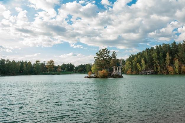 クリスタルと新鮮な水と湖の夏の風景