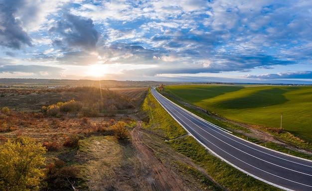 우크라이나도로에 트래픽과 녹색 필드와 여름 풍경.