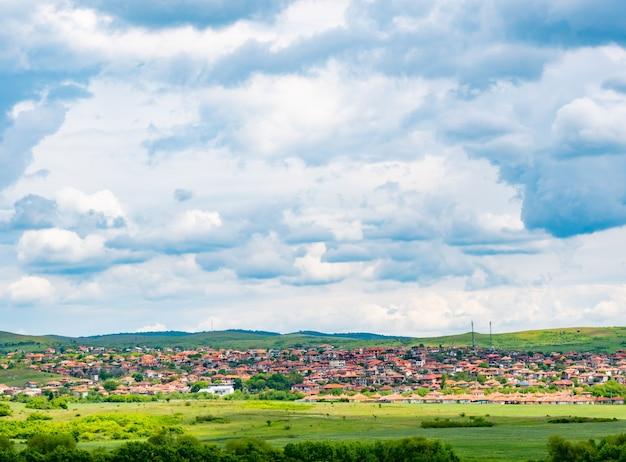 Летний пейзаж с горной деревней в болгарии Premium Фотографии