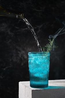 로즈마리 연기와 얼음 여름 레모네이드 클로즈업