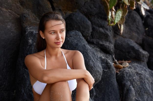 여름 라이프 스타일 개념. 건강한 검게 그을린 피부를 가진 사려 깊은 cauasian 여자