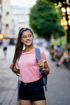 通りを歩いている若いスタイリッシュな流行に敏感な女性の夏のライフスタイルファッションの肖像画