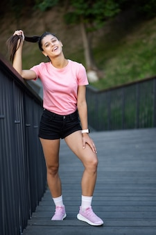 거리에 걷는 젊은 유행 hipster 여자의 여름 라이프 스타일 패션 초상화