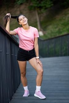 Ritratto di moda stile di vita estivo di donna giovane hipster alla moda che cammina sulla strada