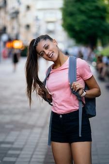 Ritratto di moda stile di vita estivo di giovane donna alla moda hipster che cammina per strada