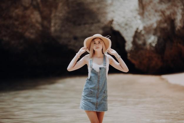 Изображение летнего образа жизни счастливой потрясающей женщины, идущей на пляже тропического острова. улыбаясь и наслаждаясь жизнью в раю.
