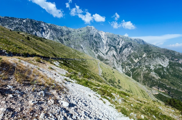 Вид на летний перевал логара с серпантинной дорогой (албания)