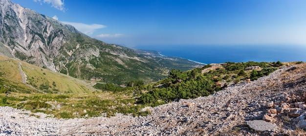 曲がりくねった道とイオニア海沿岸(アルバニア)の夏のllogaraパスビュー