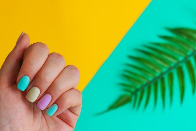 夏のマニキュアのアイデア流行のカラフルなマニキュアの女性の手ファッションと美容のミニマリズム