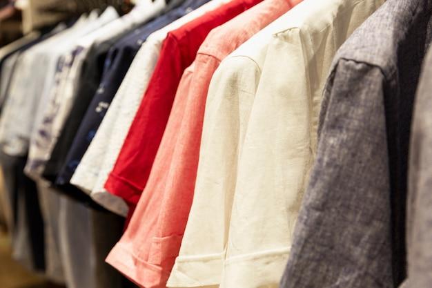 衣料品店で天然素材を使用した夏のメンズシャツ。閉じる。