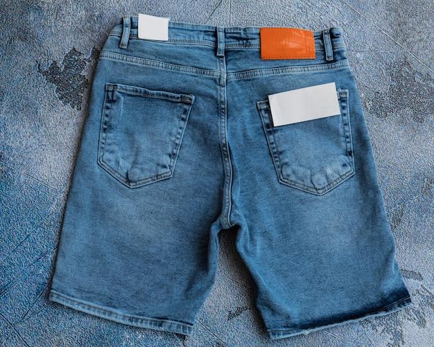 Летние мужские шорты на синем фоне