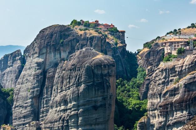 夏のメテオラ-ギリシャの重要な岩の多いキリスト教の宗教的な修道院の複合体。