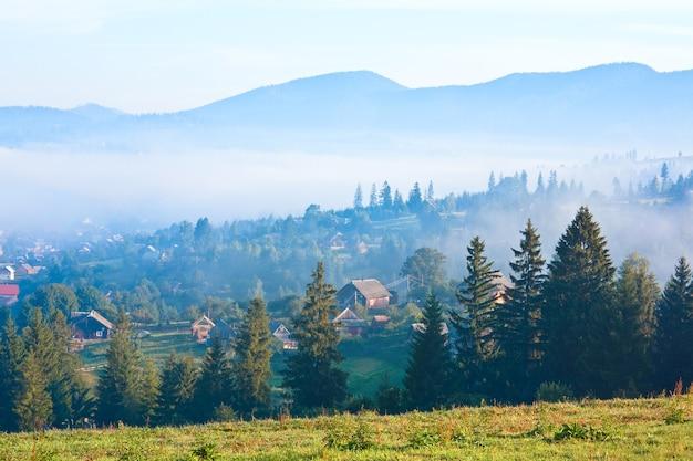 夏の霧深い山村(田園風景)